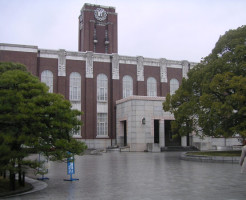 雨の京大時計台